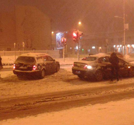 Sneg izazvao probleme u saobraćaju