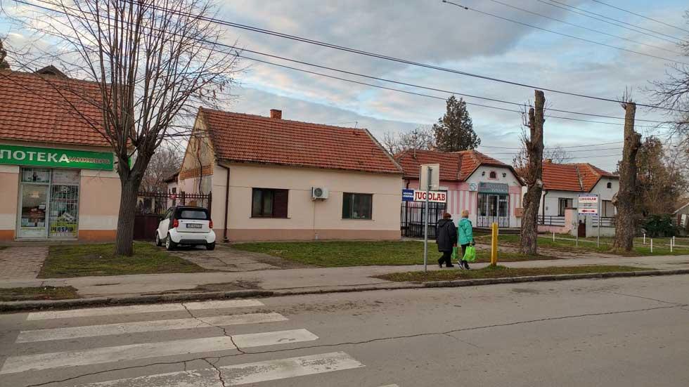 nekoliko dvorišnih i uličnih stanova