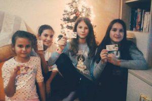 Devojčice prodaju novovodišnje čestitke