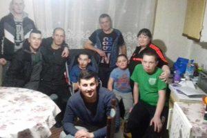 grupa humanih ljudi pomaže porodici dudaš