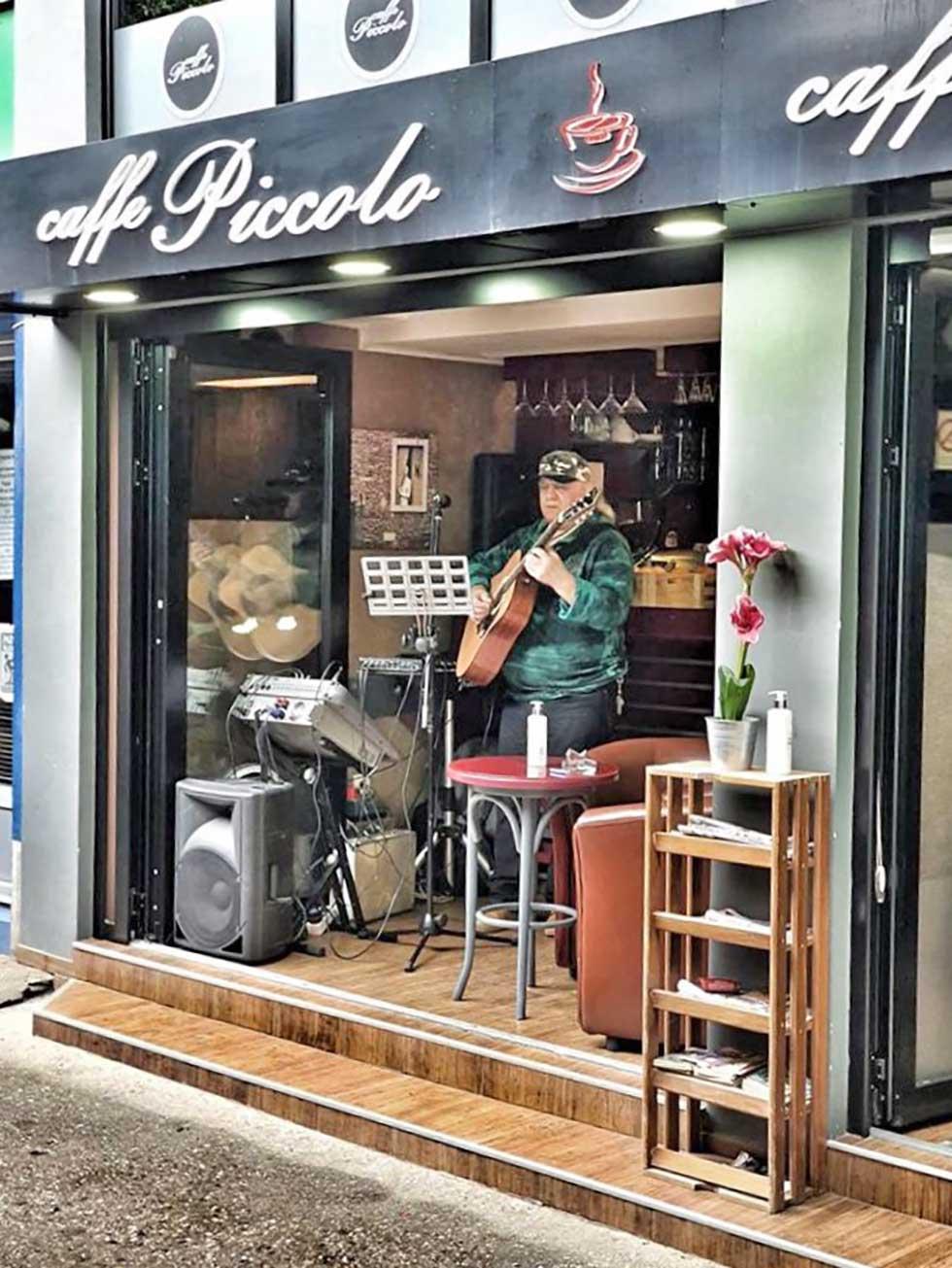 veče sa gitarom u kafeu piccolo