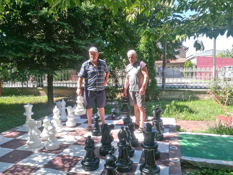 stanari gerontološkog centra igraju šah
