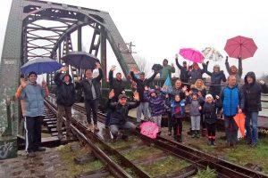 prijatelji na železničkom mostu