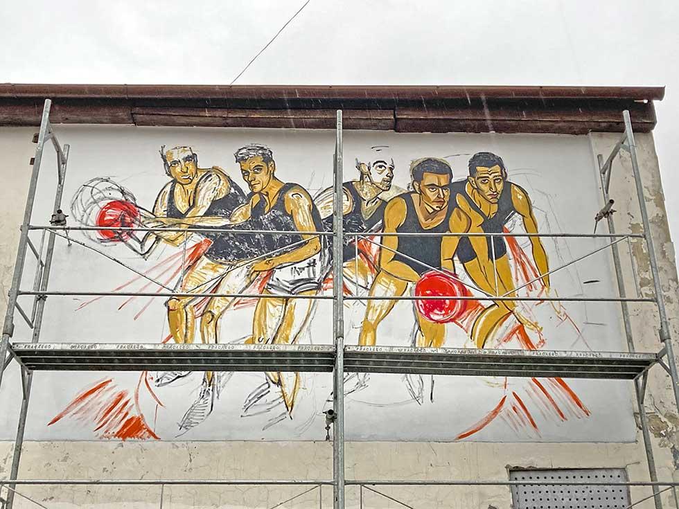 boris horvat crta mural posvećen zlatnoj generaciji kk proleter