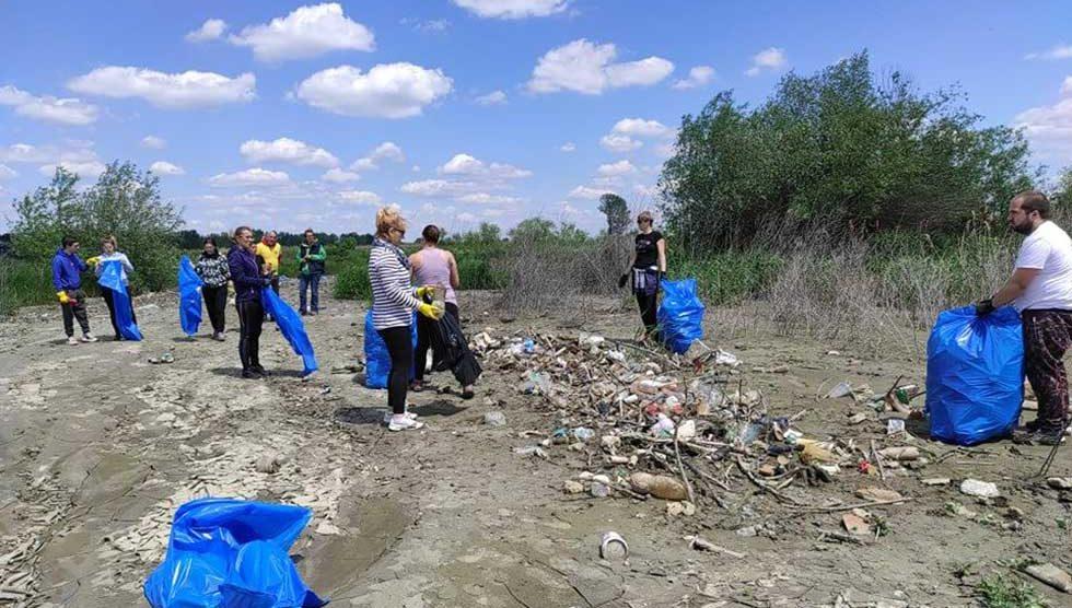 volonteri udruženja zelene šape na terenu