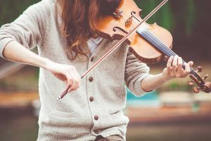 učenici muzičke škole nastupaju u centru grada